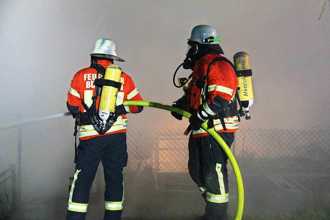 Wegen der starken Rauchentwicklung benutzte  der Löschtrupp Atemschutz.  | Foto: Horst David