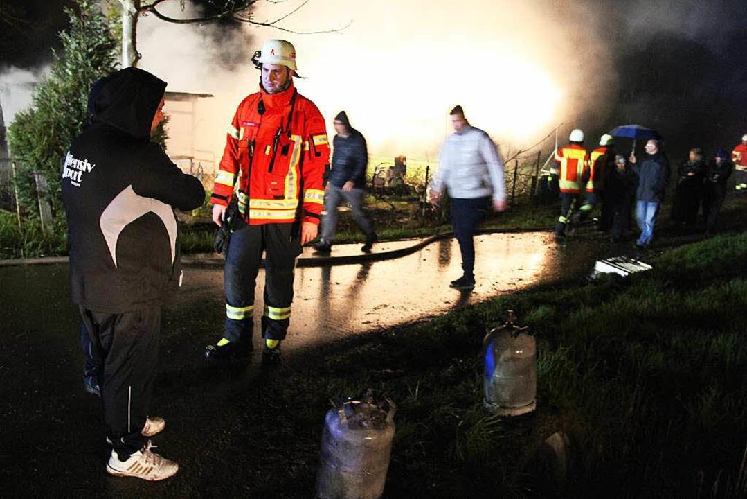 Zwei Gasflaschen konnten aus dem Gefah...en. Eine weitere war zuvor explodiert.  | Foto: Horst David