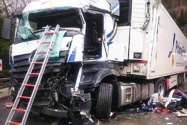 B31 wieder frei: Laster gerät in den Gegenverkehr – vier Verletzte