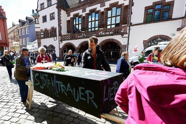 Beschäftigte des insolventen Bildungsträgers Föge demonstrieren in Freiburg