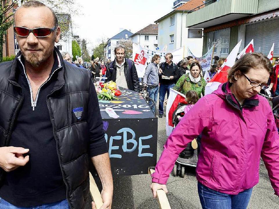 Trauermarsch ehemaliger Mitarbeiter der Fördergesellschaft durch Freiburg    Foto: Ingo Schneider