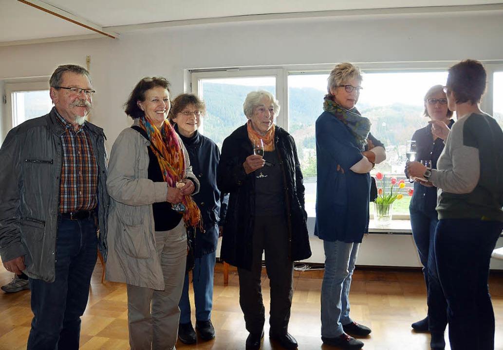 Die Nachbarn und Stadtrat Bernhard Sch...1; mit herrlichem Blick auf Neustadt.   | Foto: Tanja Bury