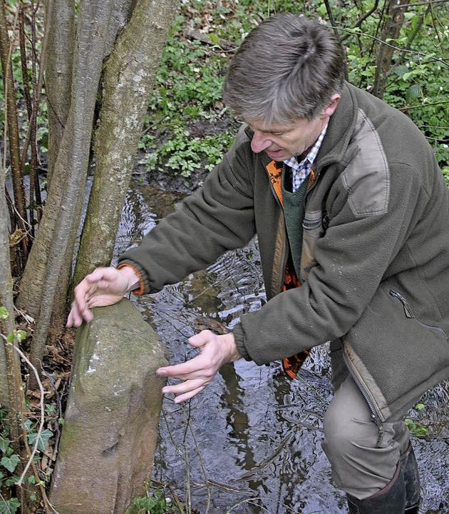 Versteckt an einem Wassergraben hat Ma...all einen alten Grenzstein aufgespürt.  | Foto: Manfred Frietsch