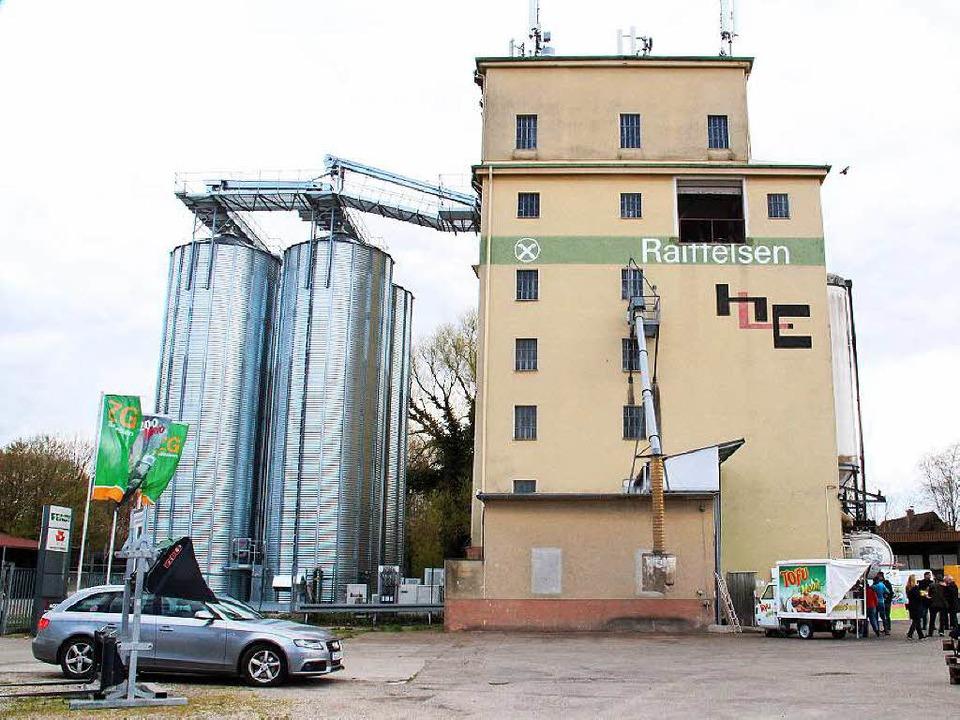 Das alte Silo (Mitte) wurde um vier St... von zusätzlich 1000 Tonnen erweitert.  | Foto: Gerda Oswald