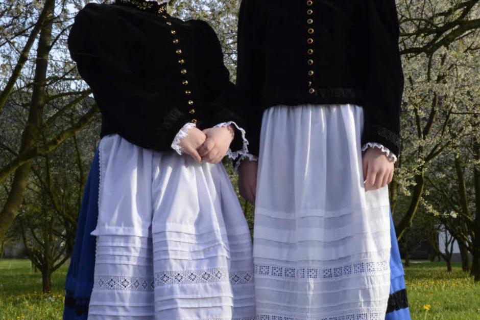 Zur Erstkommunion tragen die Glottertäler Mädchen Leonie Herbstritt (rechts) und Eva-Maria Wisser ihre Tracht. (Foto: Sophia Hesser)