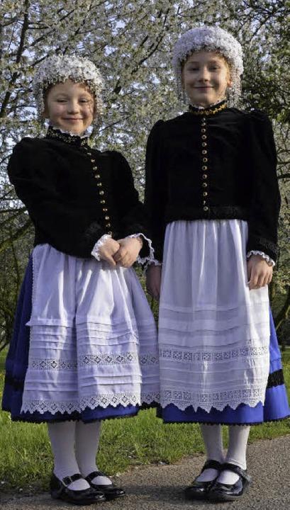 Eva-Maria Wisser (links) und Leonie He... Sonntag in Tracht zur  Erstkommunion.  | Foto: Sophia Hesser