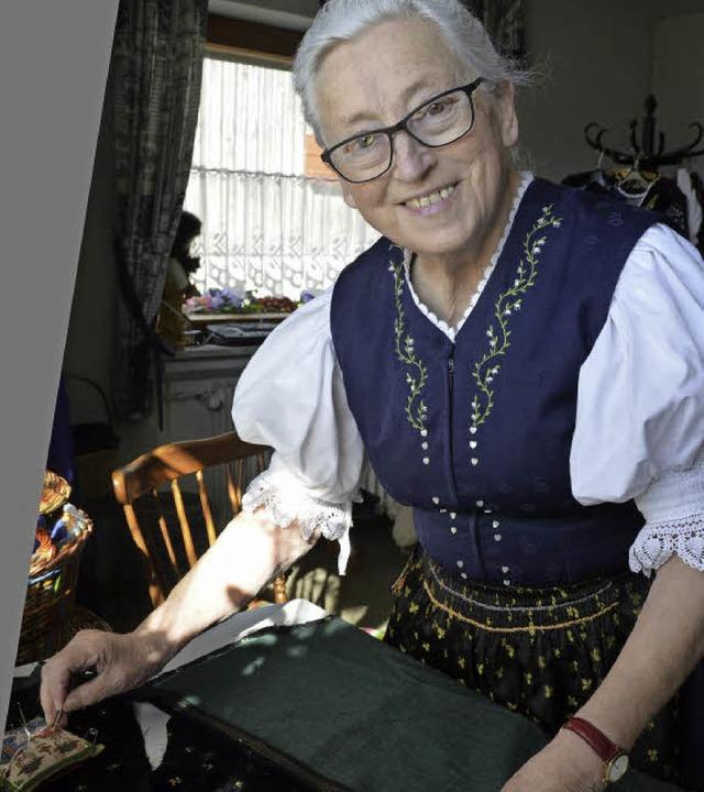 Mathilde Blattmann hat das Schneidern von der Mutter gelernt.  | Foto: Sophia Hesser