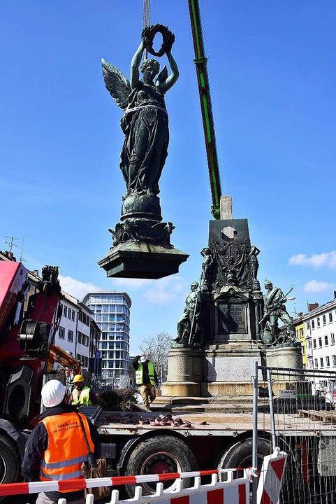 Vor gut einem Monat wurde das Siegesde... Karlskaserne wieder aufgestellt wird.  | Foto: Thomas Kunz