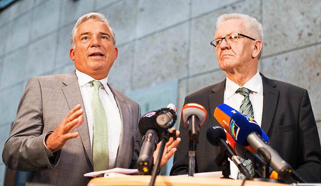 Strobl (links) und Kretschmann erkläre...den Stand der Koalitionsverhandlungen.  | Foto: dpa