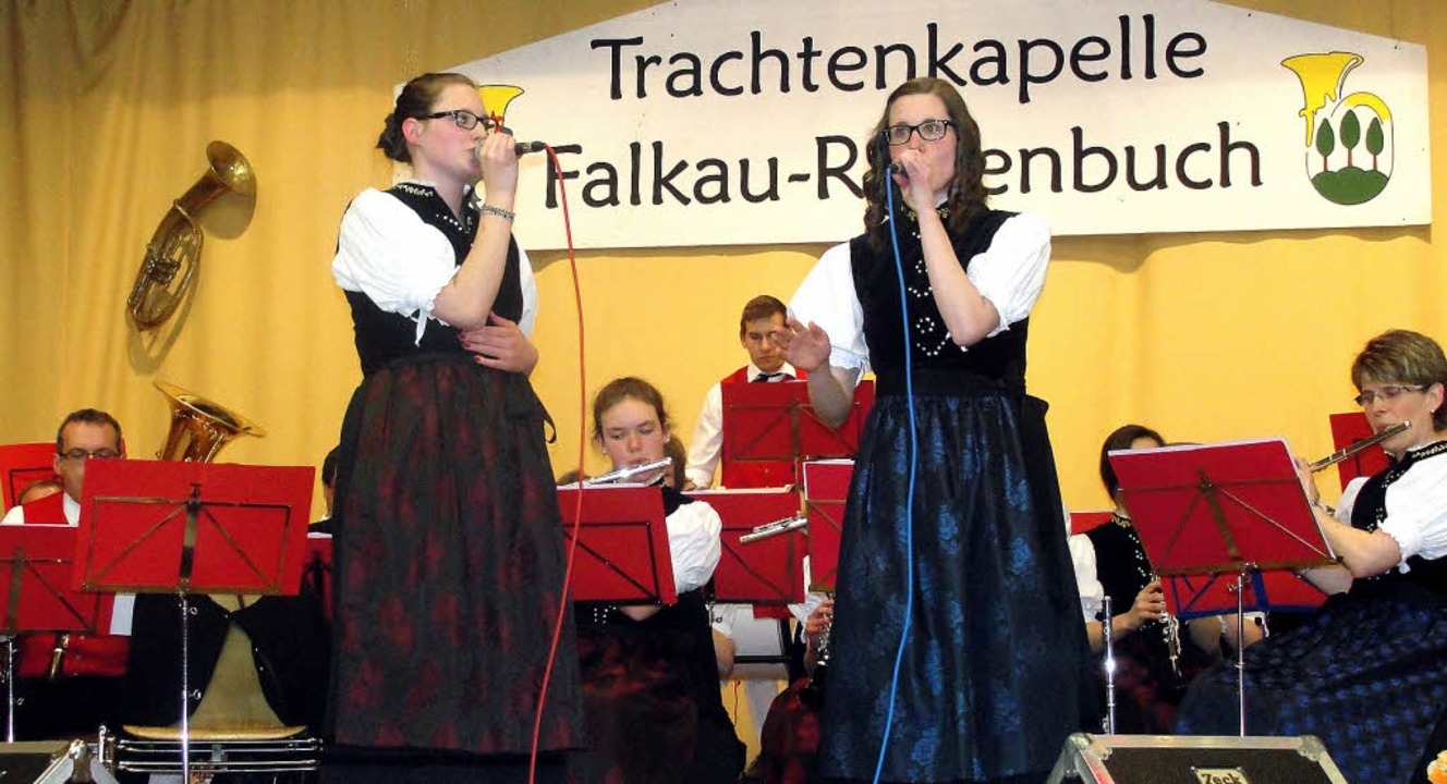 Pia (links) und Svenja Dörflinger sorg...nen der Höhepunkte des Konzertabends.   | Foto: Tina Hättich