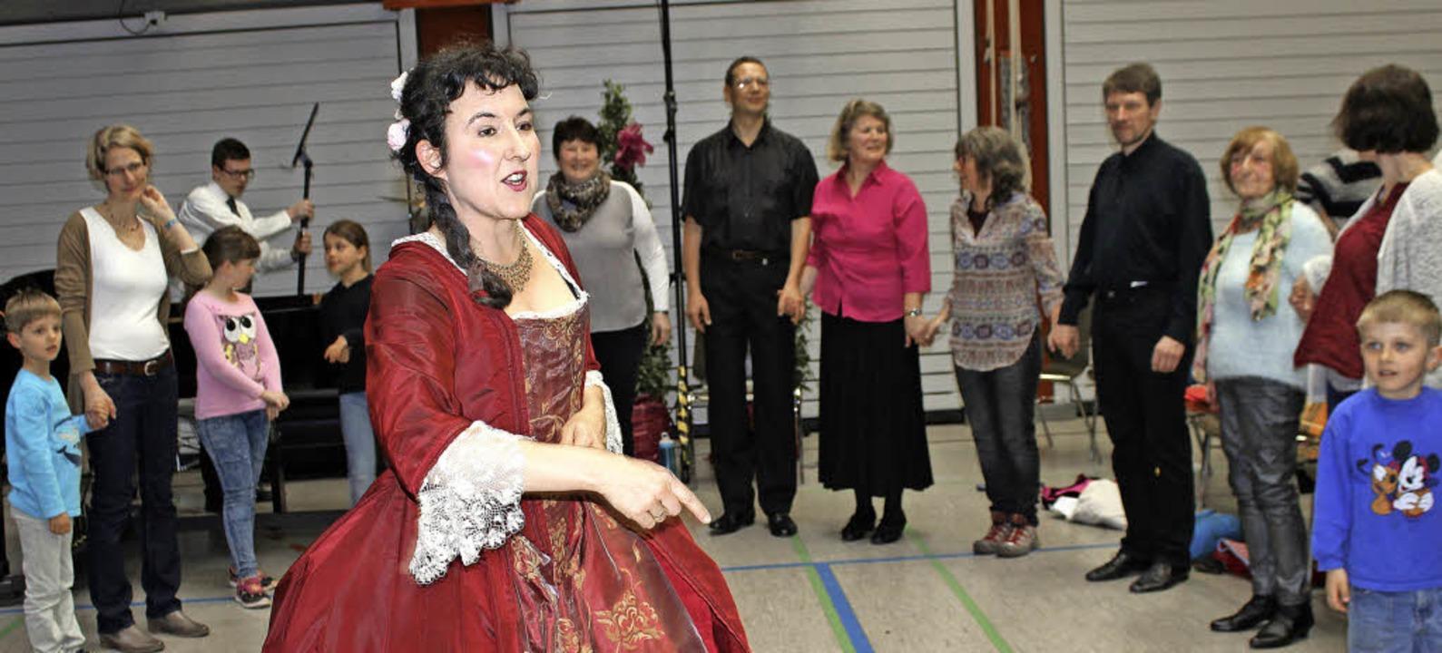 Barbara Leitherer führte das Publikum ...alle in den barocken Schreittanz ein.   | Foto: GESSNER