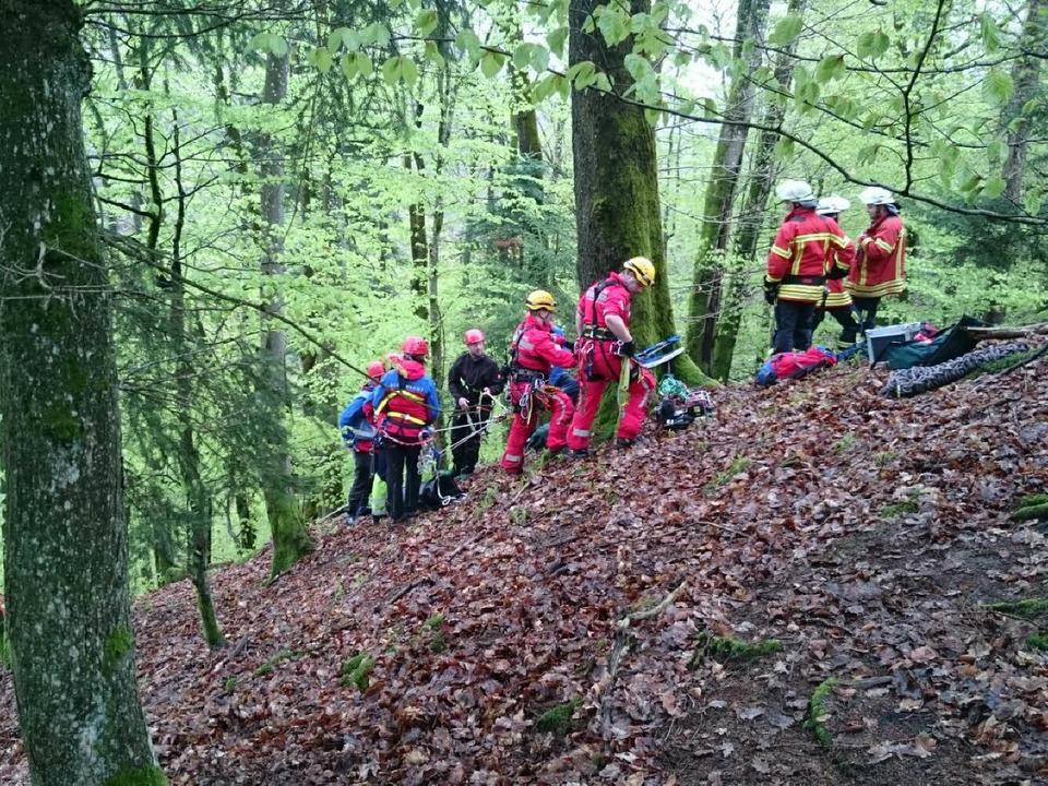 Mitglieder der Bergwacht (Ortgruppe To...ckten Kajakfahrer aus der Albschlucht.  | Foto: Bergwacht