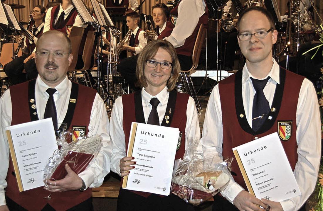 Zusammen 75 Jahre Blasmusik: Rainer Gu...Bergmann und Tobias Kern (von links).   | Foto: Christian Ringwald
