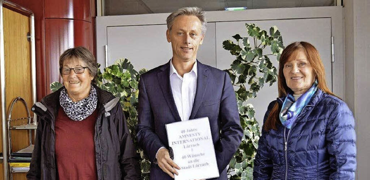 Helga Vortisch (AI), Bürgermeister Mic...Übergabe der 40 Wünsche an die Stadt.   | Foto: Amnesty International