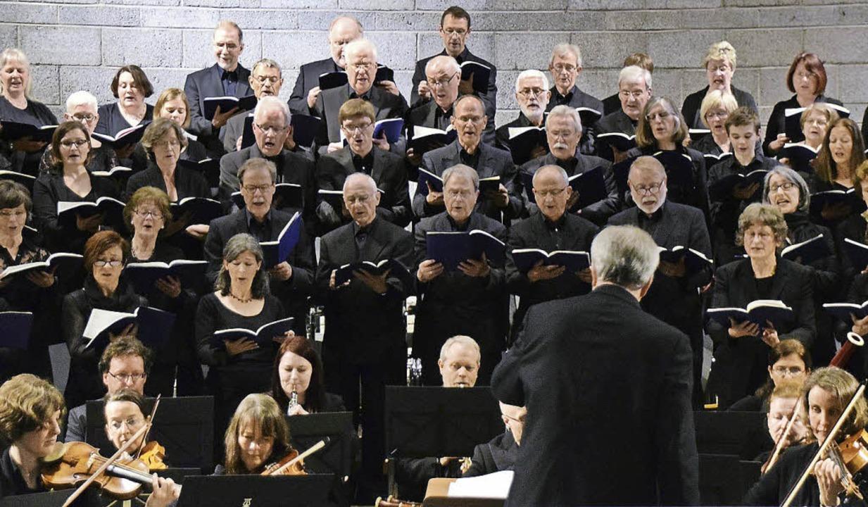 Chor und Orchester mit Dirigent Stephan Böllhoff   | Foto: Sarah Nöltner