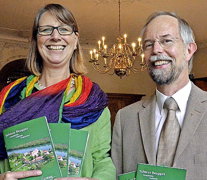 Karl-Wilhelm Frommeyer und Petra Rieckmann mit dem neuen Schlossführer  | Foto: Peter Gerigk