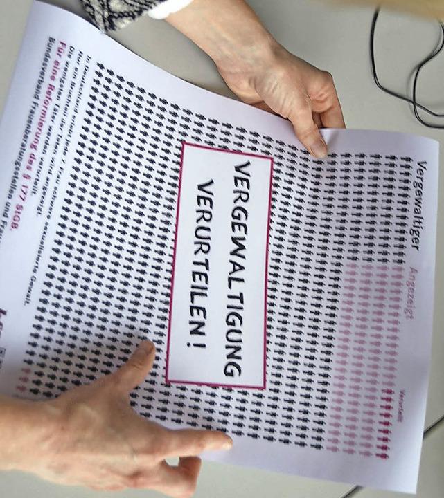 Ein  Plakat des bbf verdeutlicht das V...lten Vergewaltigungen in Deutschland.   | Foto: Barbara Ruda