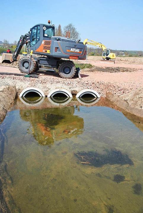 Eine Woche vor dem Hochwasser: Die dre...nter der Baustellentrasse durchführen.  | Foto: Manfred Frietsch
