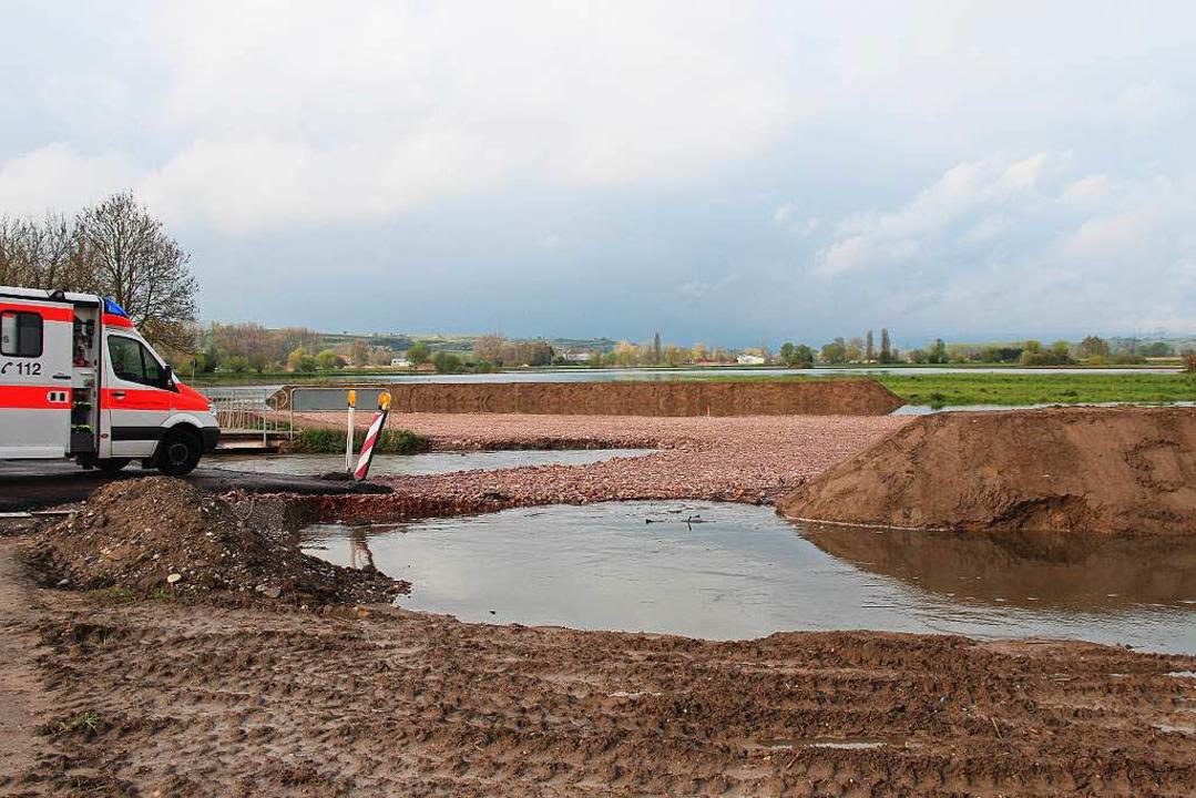Beim Hochwasser ist nur noch die Schot...enden Röhren bildet sich der Rückstau.  | Foto: Horst David