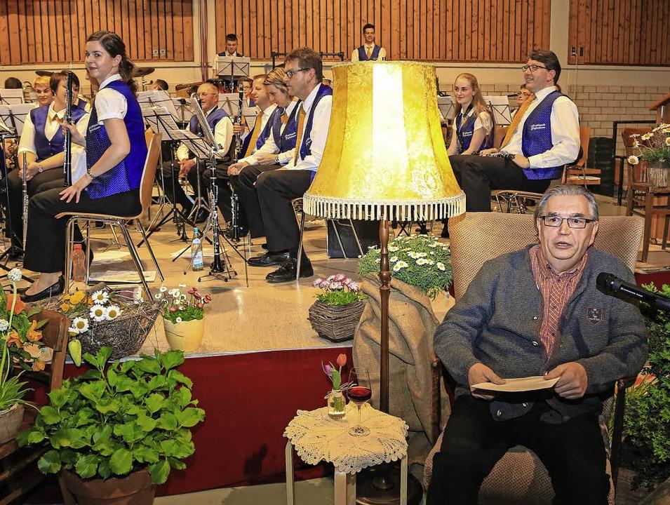 Hans Burg erzählt die Geschichte von G...fenhausener Kapelle das Stück spielt.   | Foto: Sandra Decoux-Kone