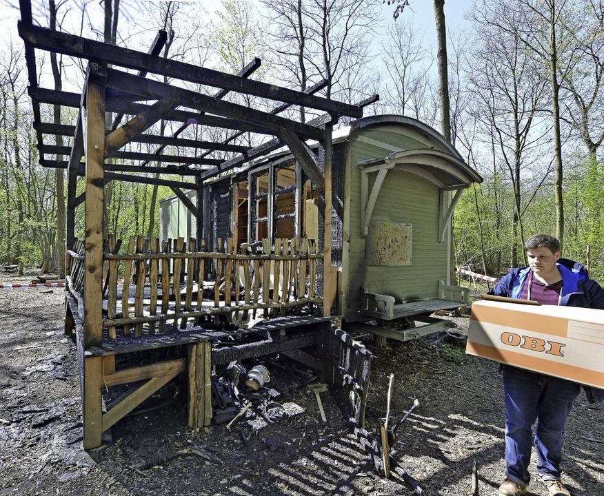 Von der Holzterrasse blieben nur verko... Bauwagen selbst ist ein Totalschaden.  | Foto: Michael Bamberger