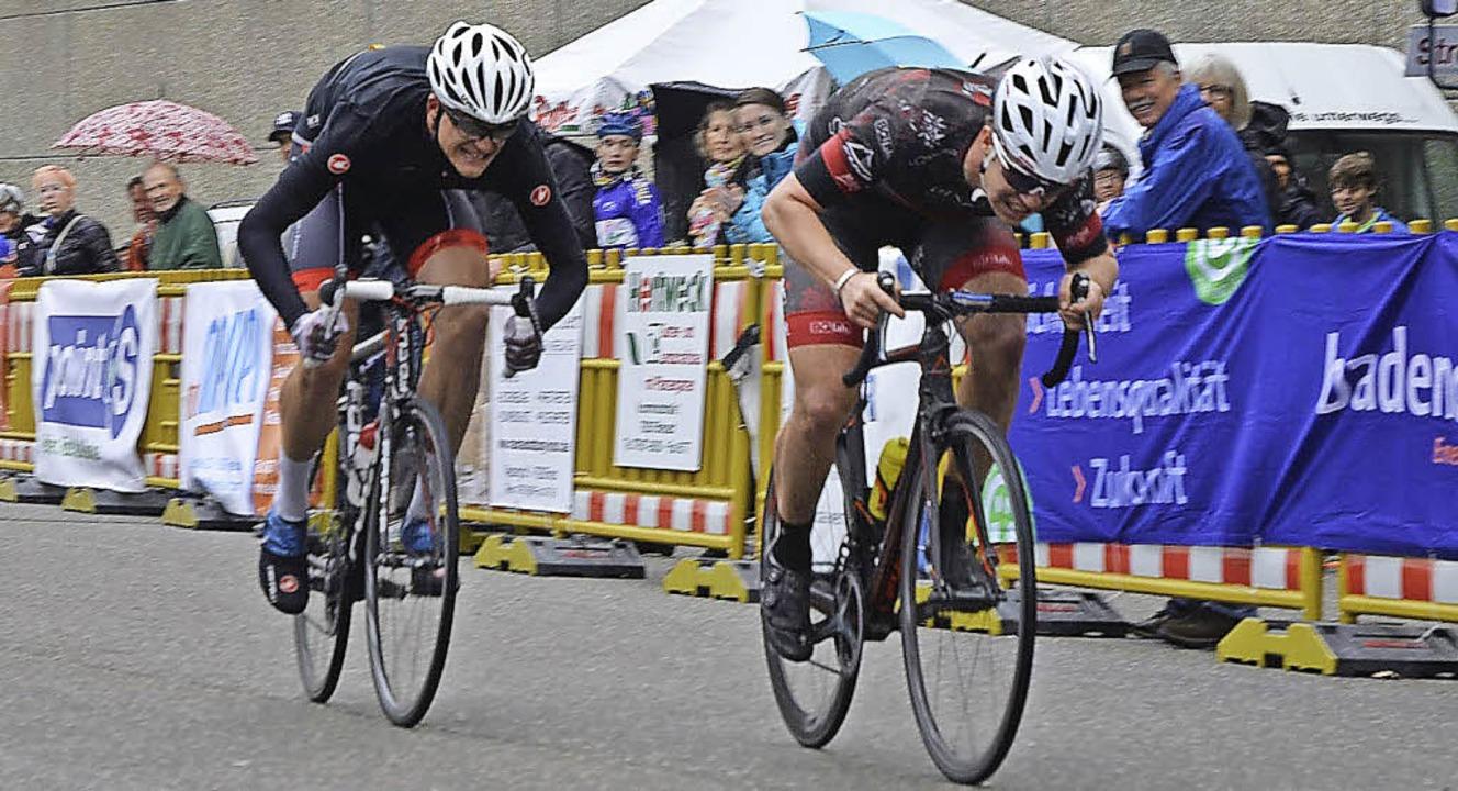 Zielsprint im Eliterennen: Achim Burkart versetzt Florian Tenbruck.   | Foto: Resetz
