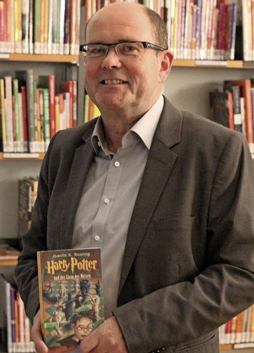 Klaus Fritz hält den ersten Harry Pott...ts vor knapp 20 Jahren übersetzt hat.   | Foto: judith reinbold