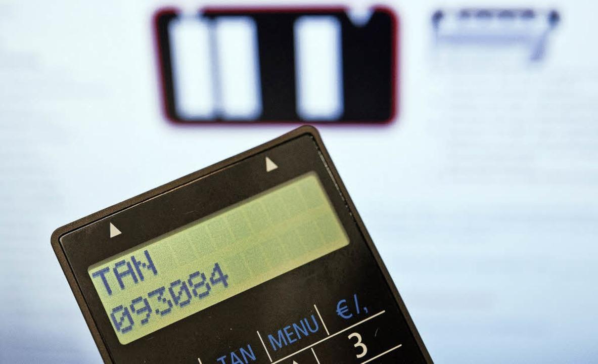 Die TAN wird auf dem Chip-TAN-Generato...zeigt, zusammen mit den Zahlungsdaten.    Foto: Dpa/Sparkasse