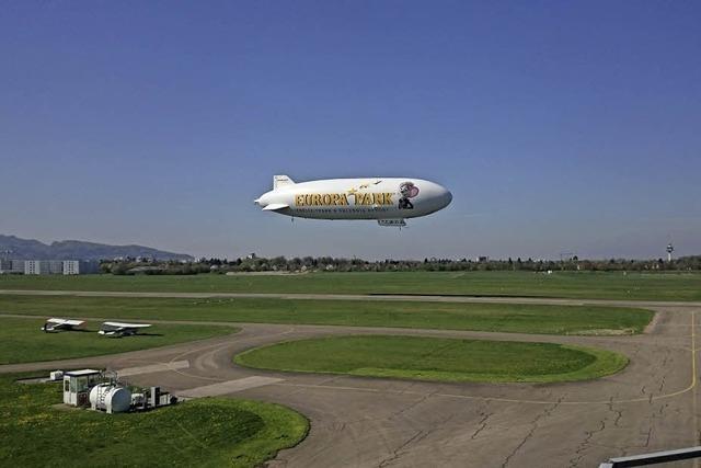 Der Zeppelin über dem Flugplatz