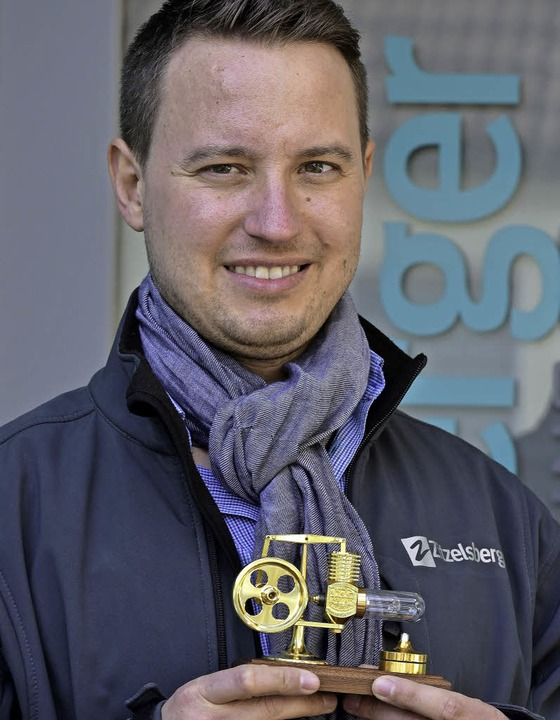 Geschäftsführer Stefan Zitzelsberger mit der Siegestrophäe    Foto: Thomas Kunz