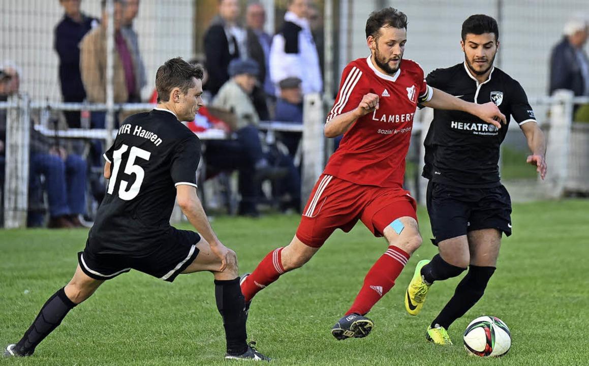Die Hausener Steffen Schelb (links) un...dreas Zimmermann vom Ball zu trennen.   | Foto: Thoma