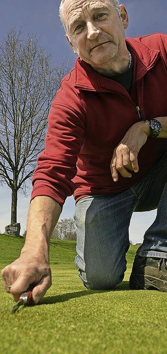 Ist seit 25 Jahren Greenkeeper auf dem Golfplatz in Rickenbach: Norbert Albiez  | Foto: Krug