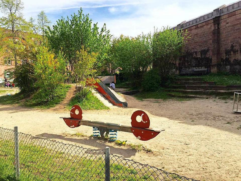 Der Spielplatz an der Tennenbacher Str... direkt an der Mauer des Gefängnisses.    Foto: Joachim Röderer