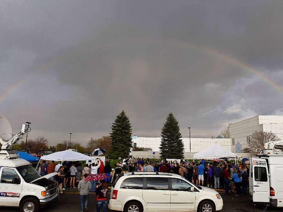 Ein Regenbogen am Donnerstag über &#82...h Medienvertreter und Fans versammelt.  | Foto: AFP