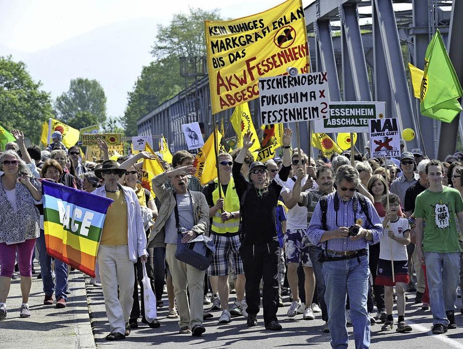 Auf der Brücke zwischen Neuenburg und ...gegen das AKW Fessenheim protestiert.   | Foto: Archiv-foto: V. Münch