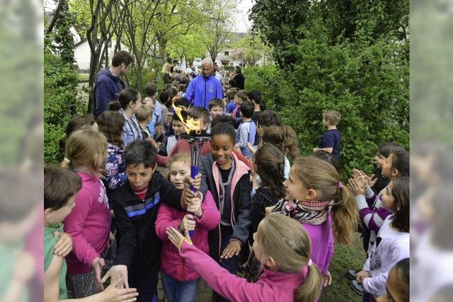 Friedensläufer machen auf ihrer Europatournee an Haslacher Grundschule Station
