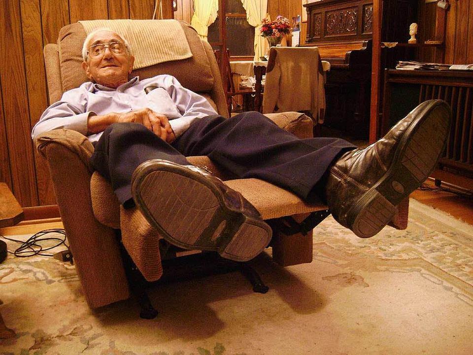Fred Mayer im Jahre 2009 zu Hause in West Virginia in seinem Fernsehsessel.    Foto: Wolfram Zimmer