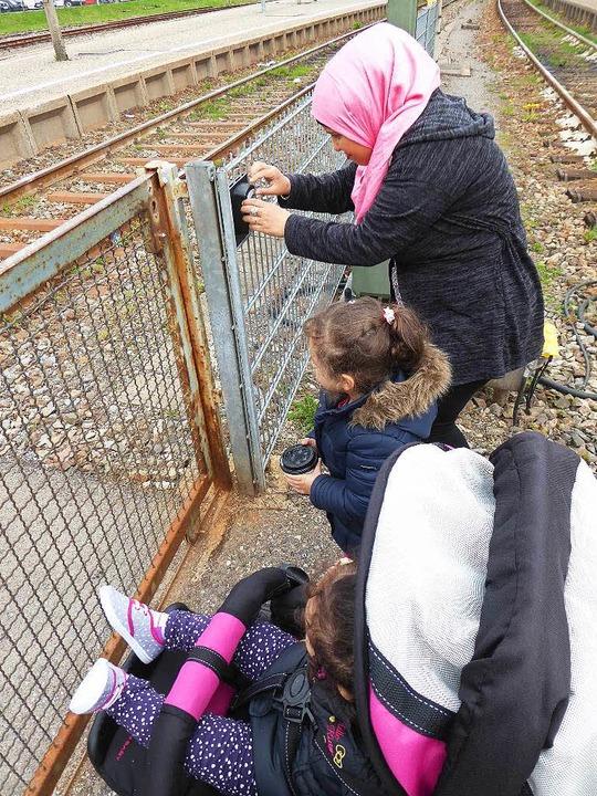 Hoda Faour mit ihren Kindern muss auf ... aber mit der Handhabung des  Systems.    Foto: Peter Stellmach