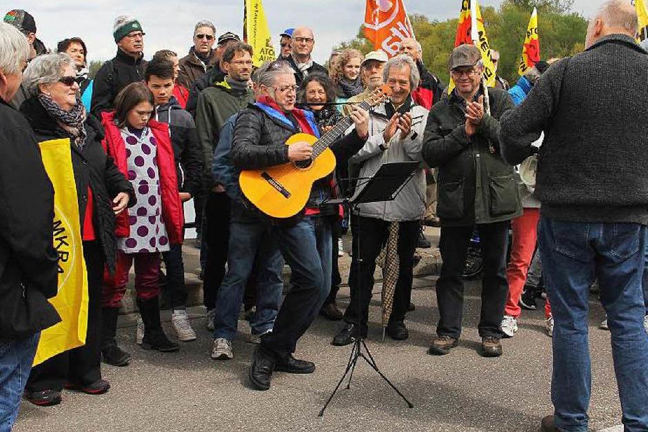 Brückentag in Sasbach: , John Amann spielt seine alemannische Versionen von Louis Armstrong's Wonderfull World und John Lennon's Imagine auf der Rheinbrücke. (Foto: Hans-Peter Ziesmer)