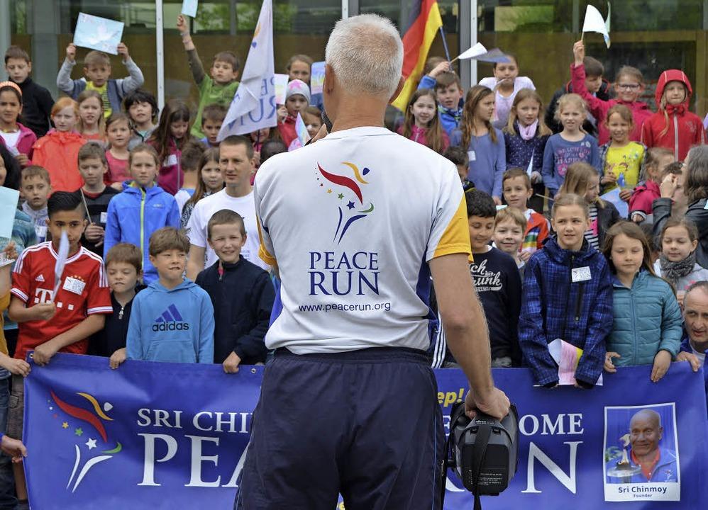 Mit Fähnchen begrüßt: Läufer des Peace Runs  | Foto: Katja Marré