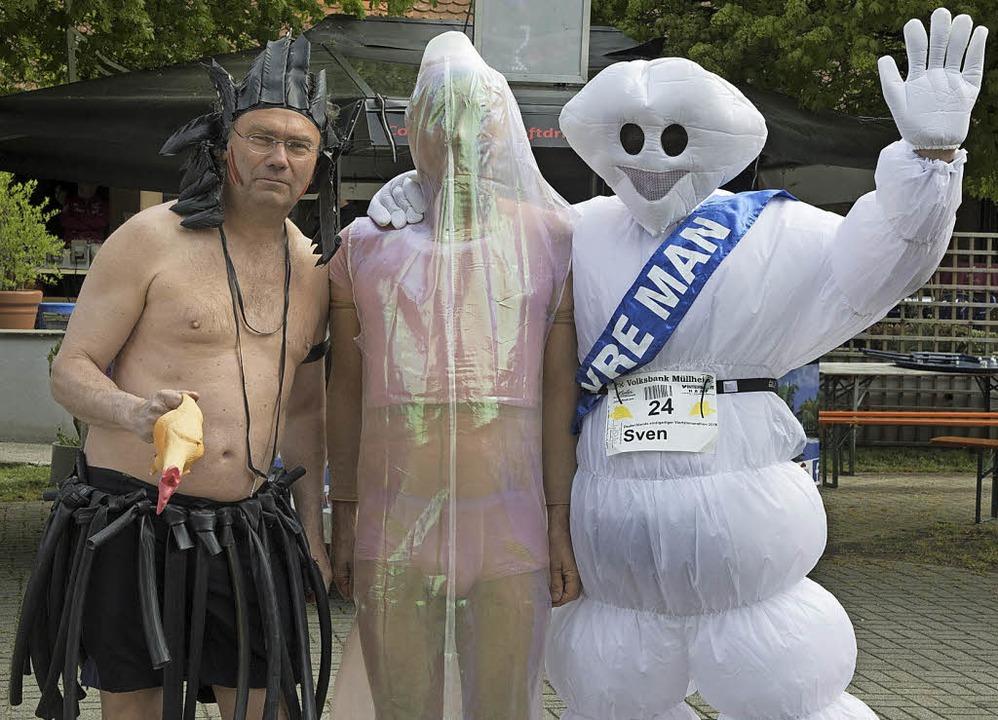 Der Gummiadler, das Ganzkörperkondom u...ten zu den  prämierten Kostüm-Läufern.  | Foto: Volker M?nch