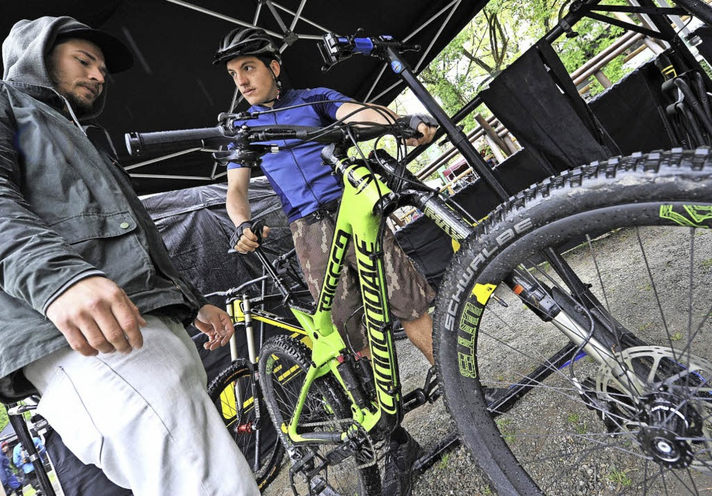 BZ-Mitarbeiter Merlin Gröber (rechts) ...or dem Start noch Tipps vom Experten.   | Foto: Rita Eggstein