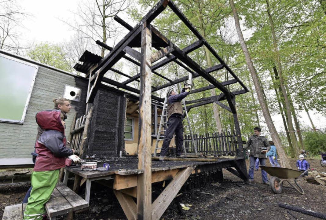 Die – verkohlte – Terrasse...otorsäge in ihre Einzelteile zerlegt.     Foto: Thomas Kunz