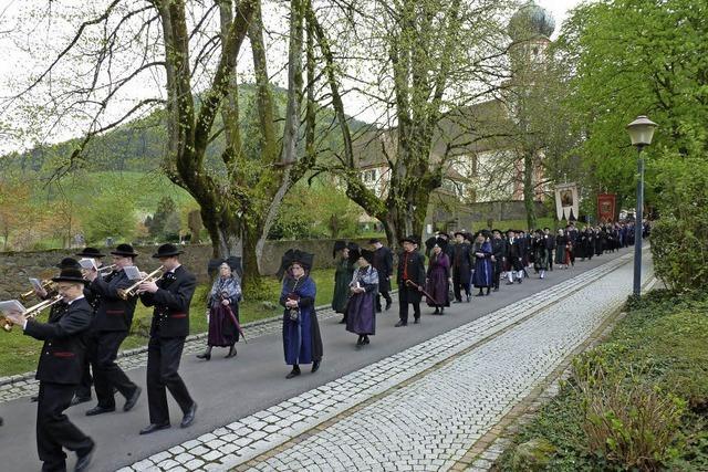 Prozession bei kühlem Wetter