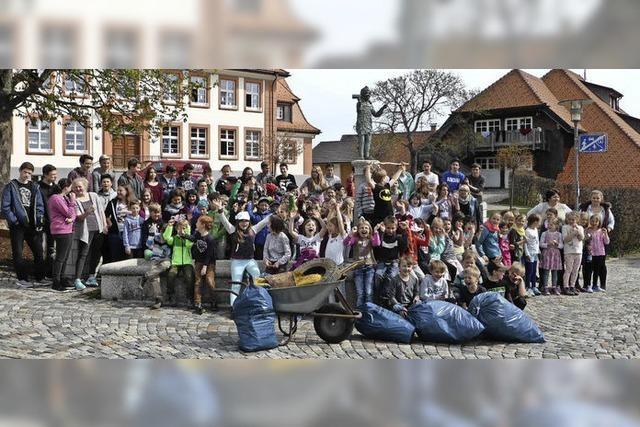 Schüler sammeln Müll
