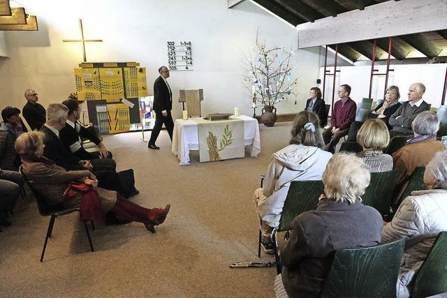 Altar steht in der Mitte des Raums
