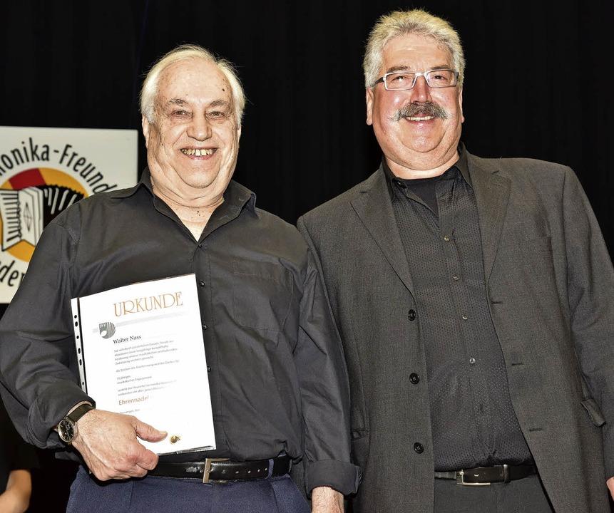 Geehrt wurden Walter Nass (links)  für...tandsarbeit und 50 Jahre als  Musiker.  | Foto: Hans-E. Meidhof