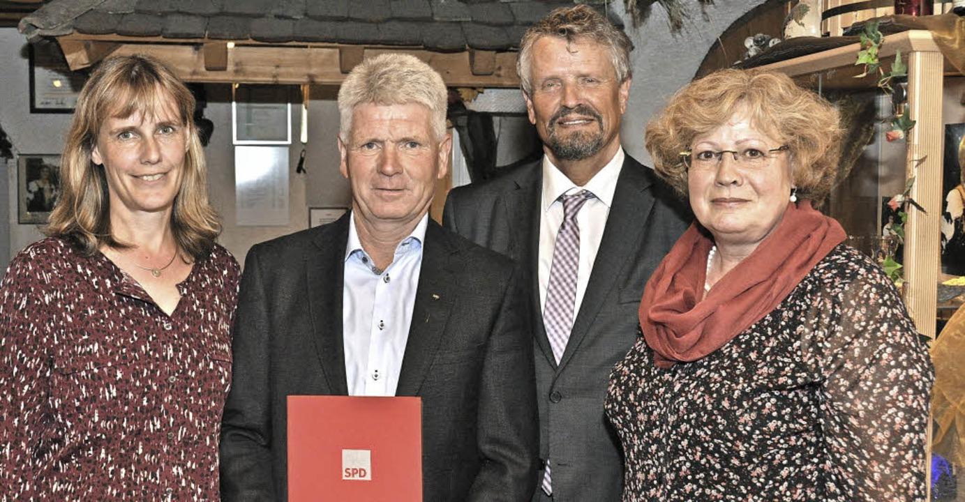 Friedrike Schlatterer (rechts) ehrte d...sitzende Birte Könnecke gratulierten.   | Foto: KAi Kricheldorff