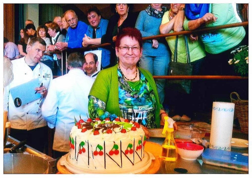 Lioba Weber mit ihrer Siegertorte. Sie...h jedes Mal ein neues Dekor einfallen.    Foto: BZ