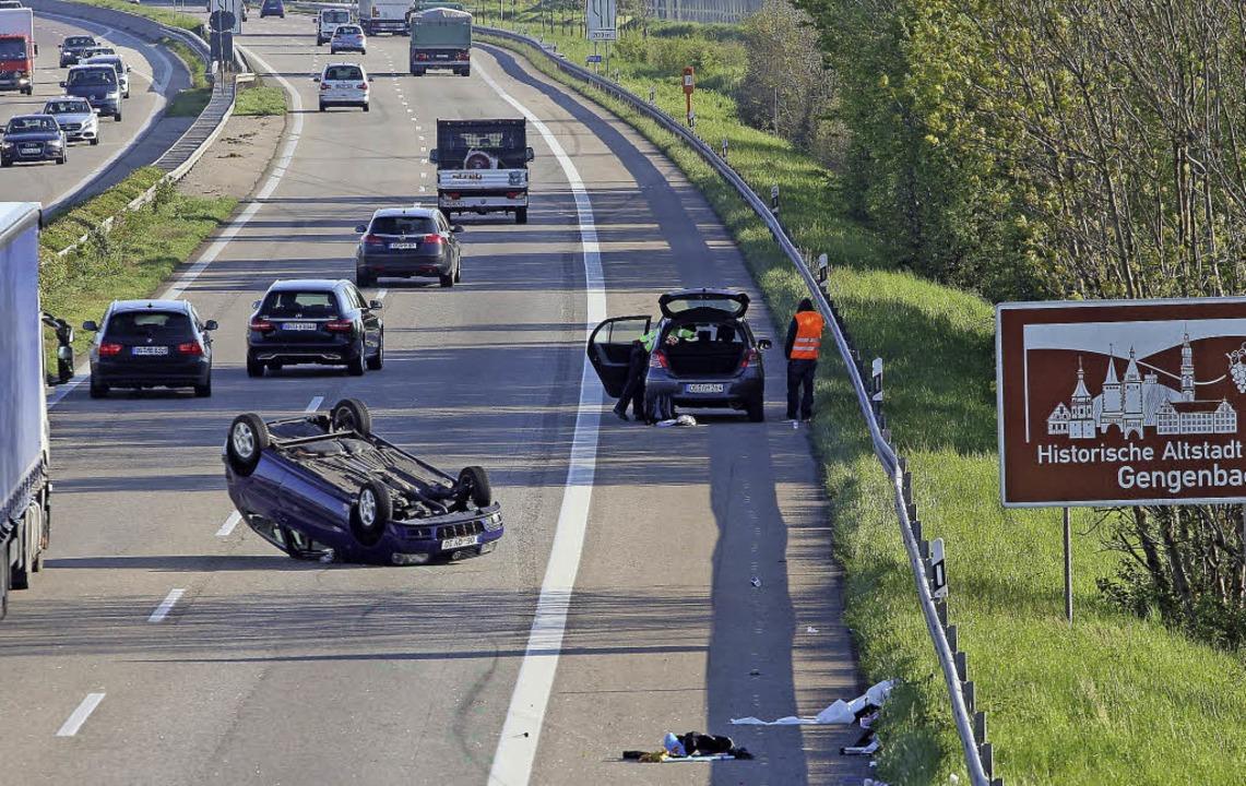 Eines der beiden Unfallautos blieb mitten auf der Autobahn auf dem Dach liegen.   | Foto: Peter Heck